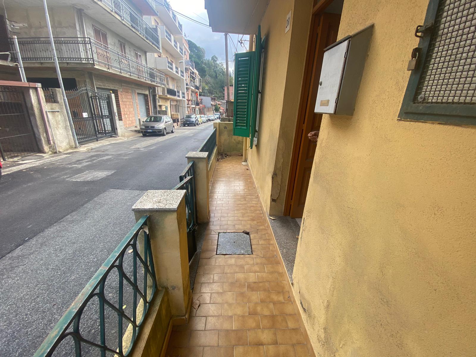 Svincolo Gazzi in vendita indipendente 4 vani più servizi + veranda con posto auto