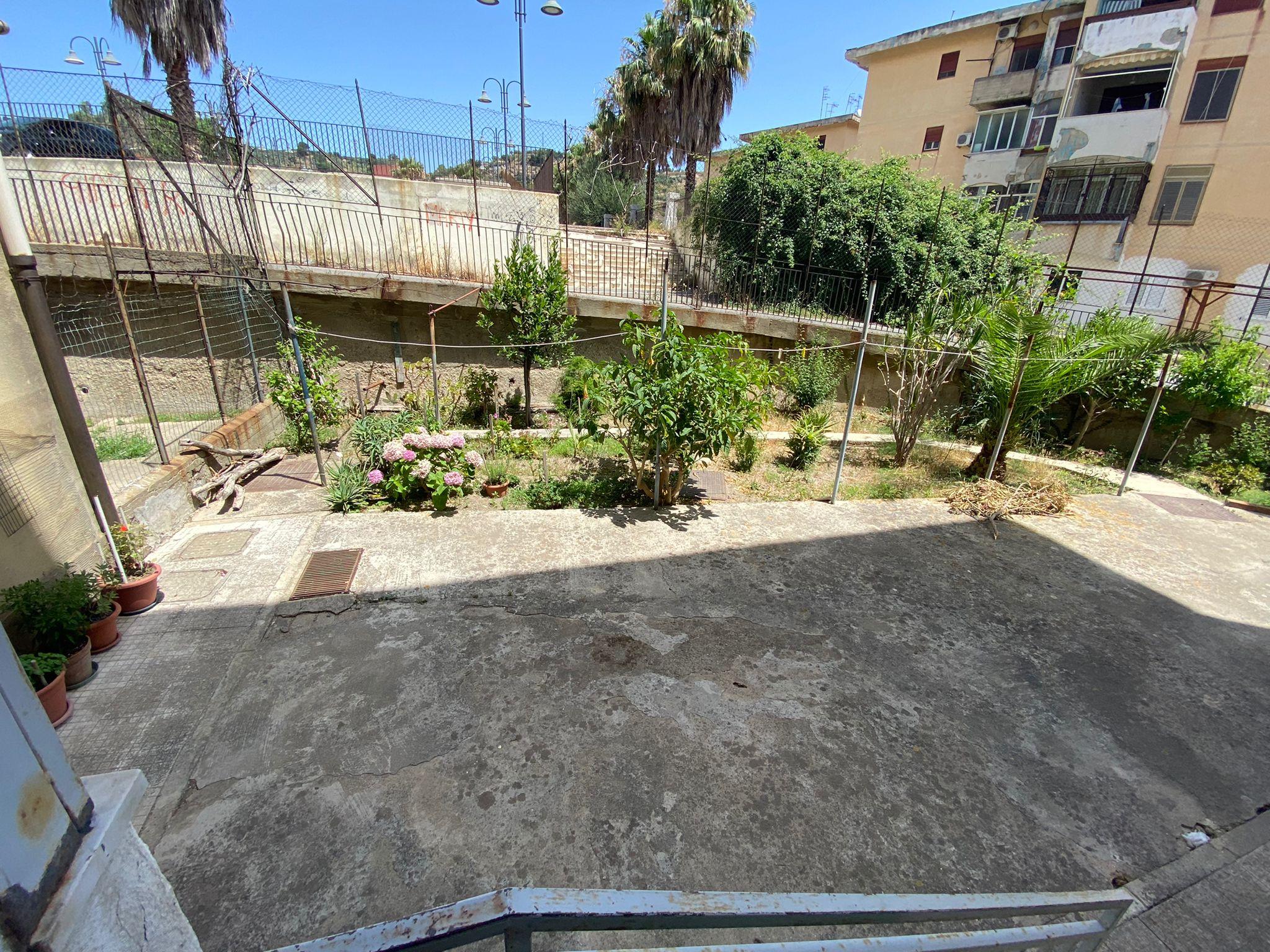 Svincolo San Filippo in vendita 4 vani più servizi più giardino